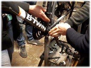 photo bricolage sur vélo à plusieurs